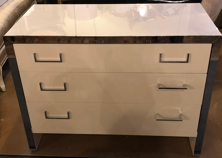 Mid-Century Modern Pair of John Stuart White Lacquer Commodes, Chests, Dressers or Nightstands For Sale