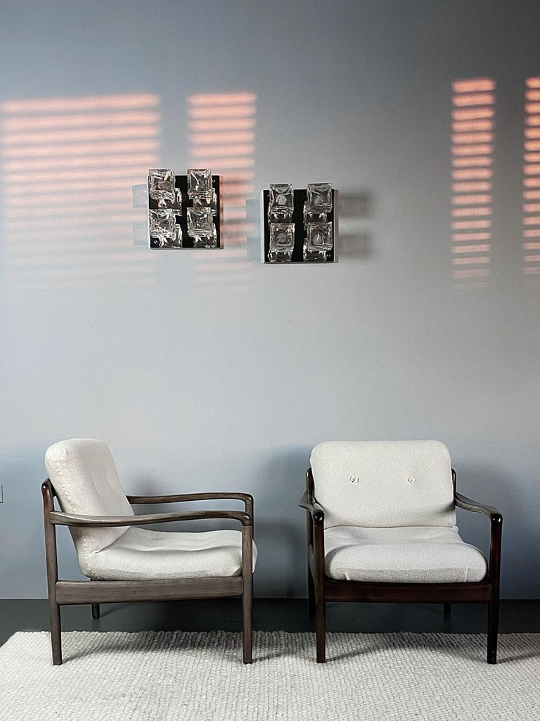 Timeless 1960s Knoll Antimott International lounge chairs. The chairs have been freshly restored by our upholstery with high-quality sheep wool mix fabric in white - a beautiful contrast to the wooden frame. Very good general condition with nice