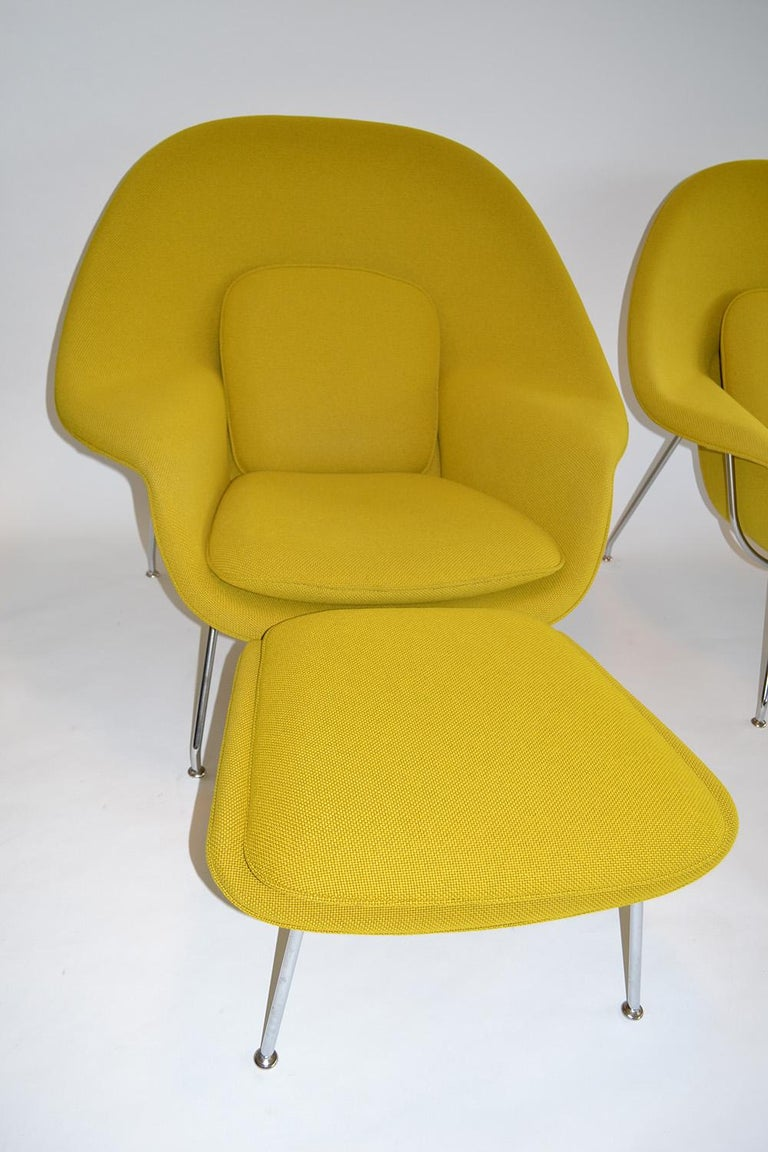 Pair of Saarinenknoll womb chairs and ottomans mid-century design, manufactured c. 2000's. Upholstered in Uni-Form KT collection basket-weave fabric. Color: Ochre. Original 40