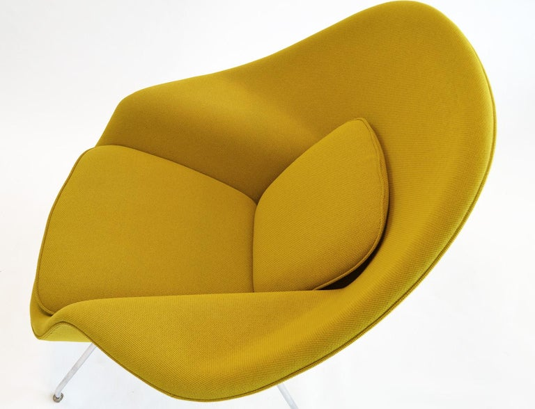 Steel Pair of Knoll Eero Saarinen Womb Chairs and Ottomans Mid Century For Sale