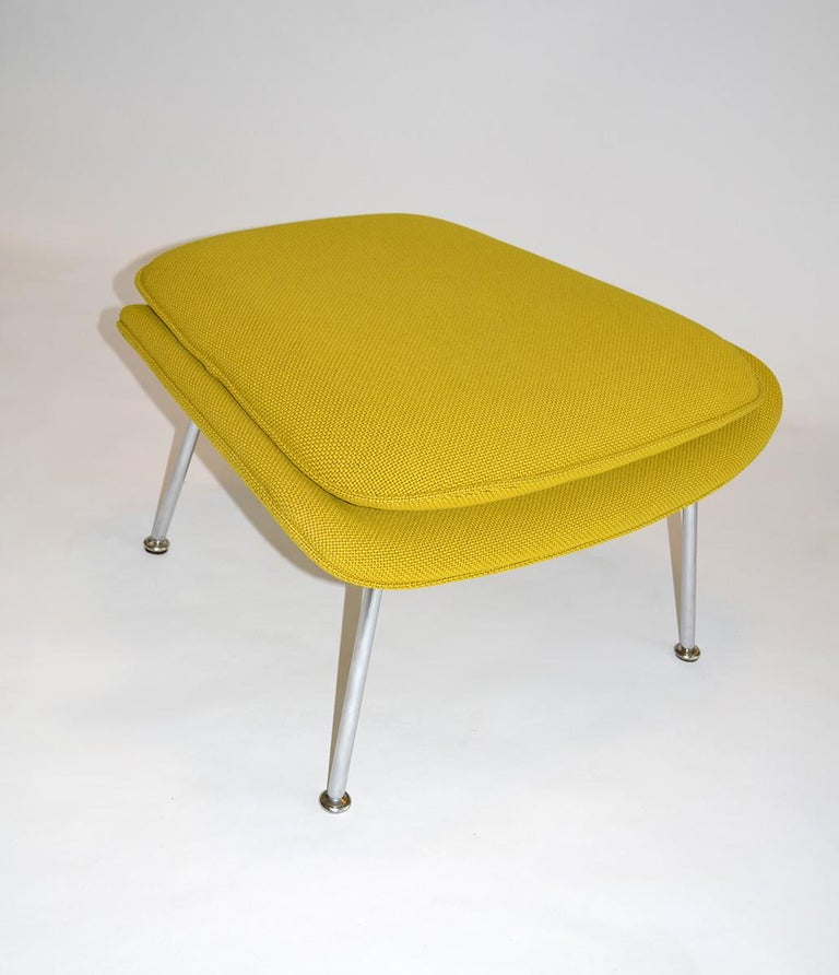 Pair of Knoll Eero Saarinen Womb Chairs and Ottomans Mid Century For Sale 2