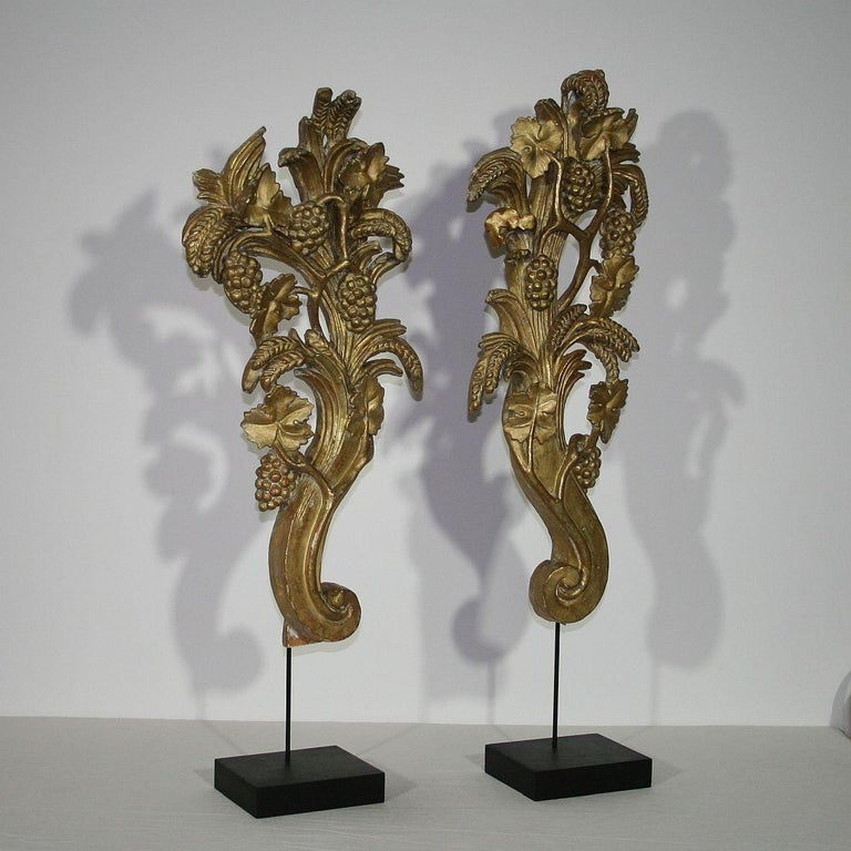Pair of Large 18th Century Italian Giltwood Baroque Ornaments In Good Condition For Sale In Amsterdam, NL