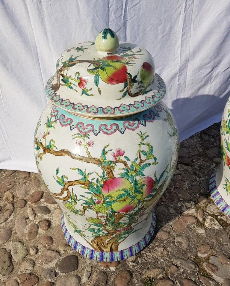Pair of chinese potiches in glazed painted porcelain, China 20th century vases In Good Condition For Sale In Varmo, IT