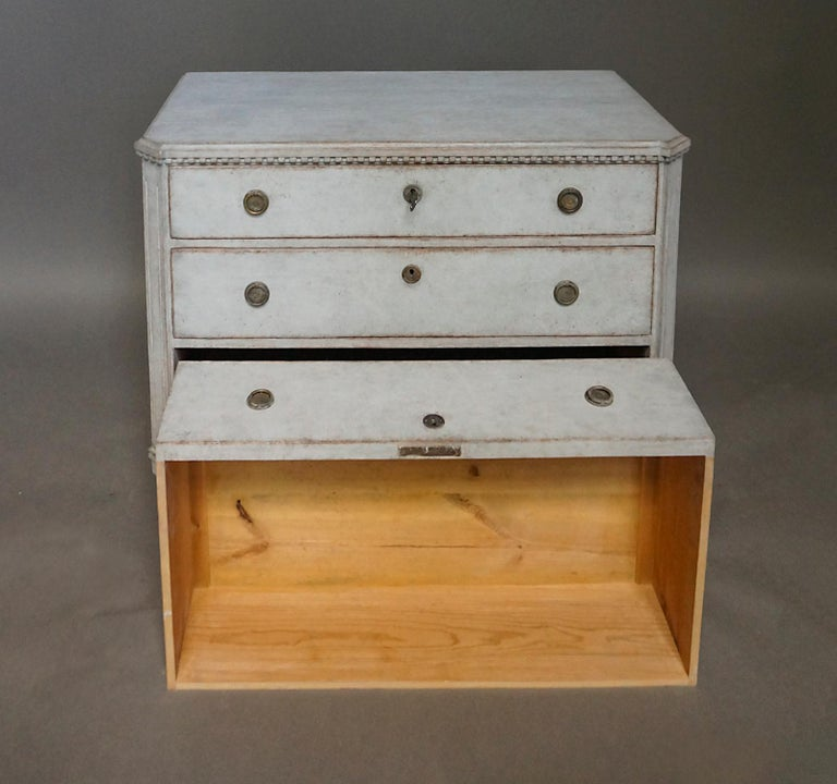 Pair of Late Gustavian Style Chests of Drawers In Good Condition For Sale In Sheffield, MA