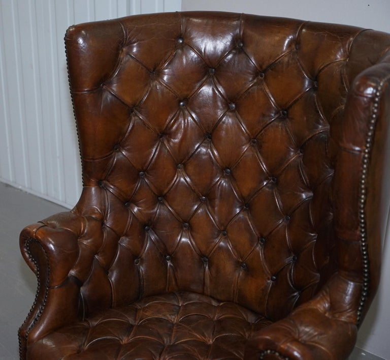 Pair of Late Victorian Chesterfield Porters Wingback Armchairs Brown Leather In Good Condition For Sale In London, GB