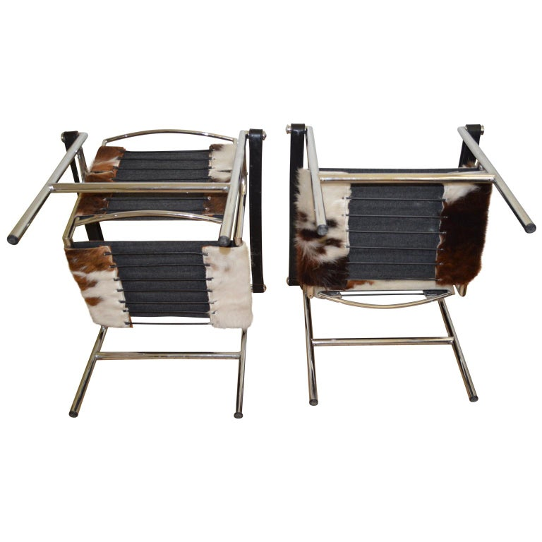 Cowhide Pair of LC1 Sling Chairs in Pony Skin. For Sale