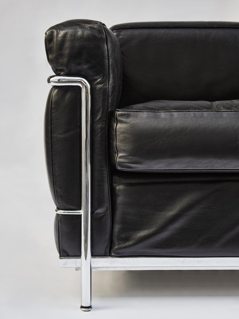 Mid-Century Modern Pair of LC2 Two-Seat Sofas by Le Corbusier Edited by Cassina For Sale