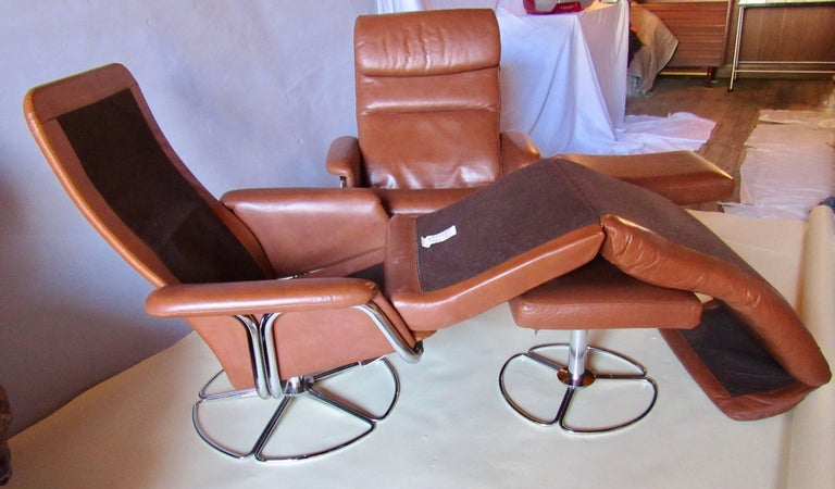 Scandinavian Modern Bruno Mathsson Pair of DUX  Chrome Swivel Lounge Chairs and Ottomans 1970s For Sale
