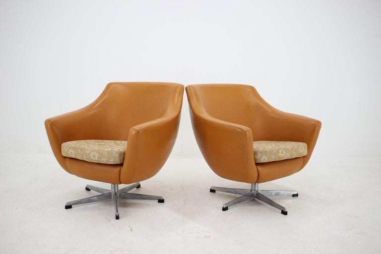 Mid-Century Modern Pair of Leatherette Swivel Chairs, 1970s For Sale