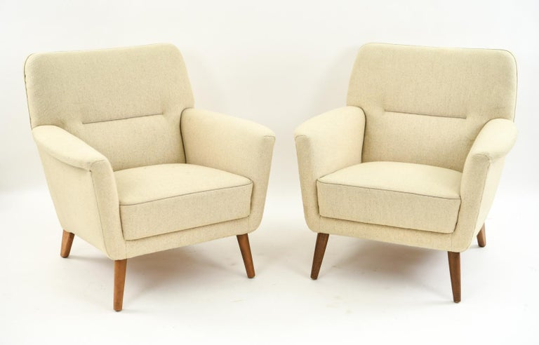 An attractive pair of Danish easy chairs by Leif Hansen in a neutral upholstery. A Classic, modern look from the 1970s.