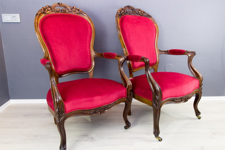 Pair of Louis XV Style French Fauteuil Walnut Armchairs In Good Condition For Sale In Barntrup, DE