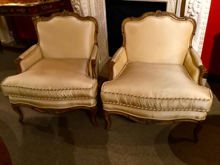 Hand-Painted Pair of Louis XV-Style Painted and Carved Bergere Chairs, 20th Century For Sale