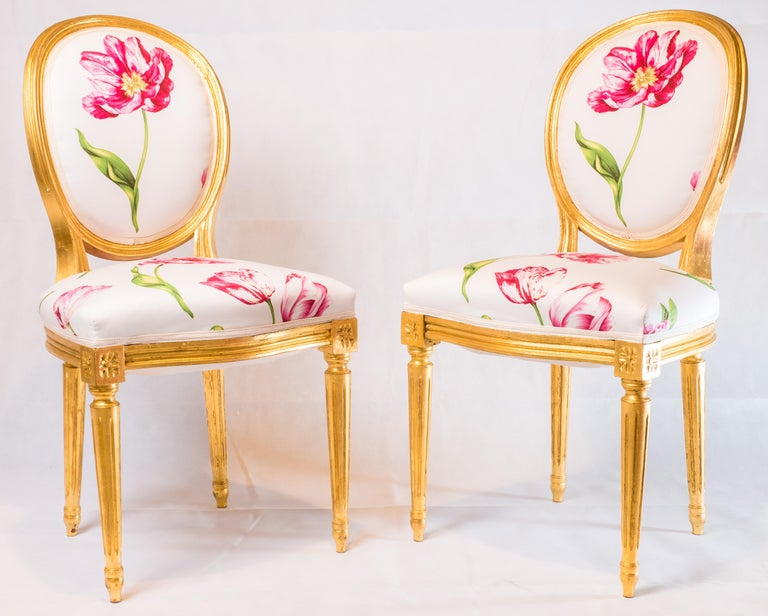 Pair of Louis XVI Style Medallion Chairs, with Red Flower Pattern In Good Condition For Sale In Hong Kong, Central