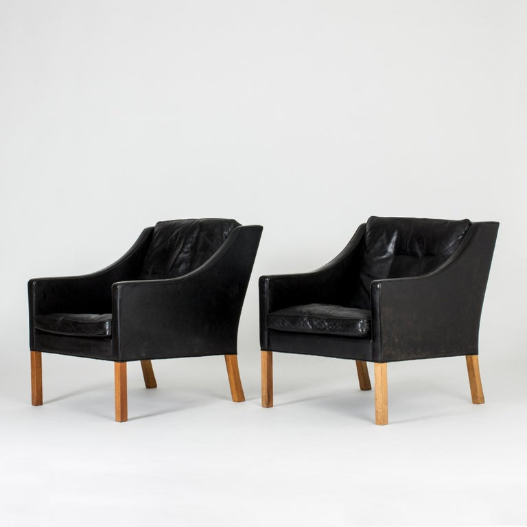 Pair of black leather lounge chairs by Børge Mogensen, model 2207. Elegant design and great comfort.