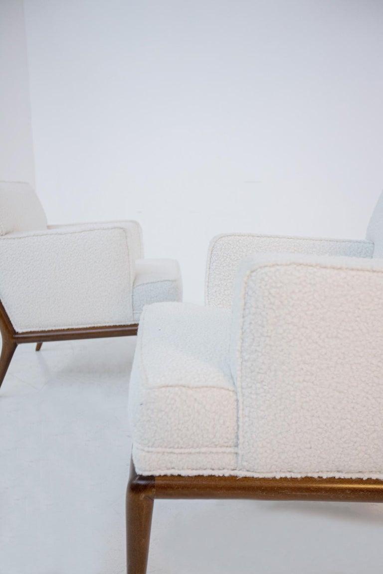 Coppia di poltrone classiche americane di T.H. Robsjohn-Gibbings degli anni, 1950. La coppia di poltrone T.H. Robsjohn-Gibbings è stata recentemente rinfrescata in un elegante e morbido Bouclé bianco. La linea delle poltrone T.H. Robsjohn-Gibbings è