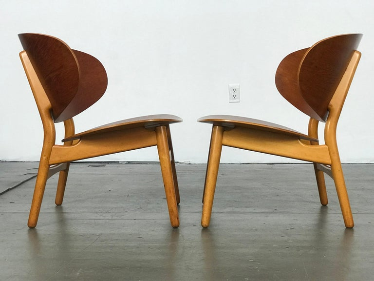 Danish Pair of Lounge Shell Chairs by Hans Wegner for Fritz Hansen For Sale