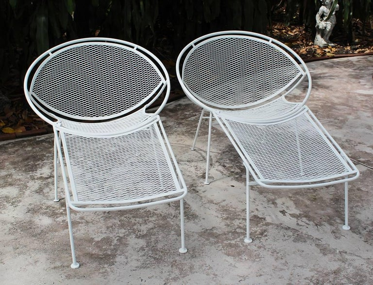 Pair of fully restored white powder-coated Salterini loungers with detachable foot rests, designed by Maurizio Tempestini, circa 1965.
