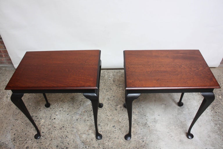 Mid-20th Century Pair of Mahogany and Ebonized Walnut Chippendale-Style Tall End Tables For Sale