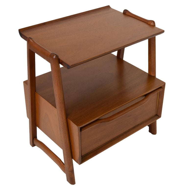 Hickory manufacturing, Pair end table or nightstands with storage., 1952, mahogany model 5207,  Measures: 21
