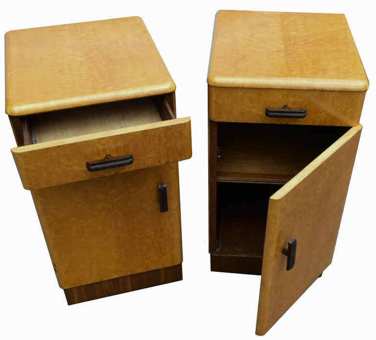 English Pair of Matching 1930s Art Deco Bedside Cabinet Tables in Blonde Maple For Sale