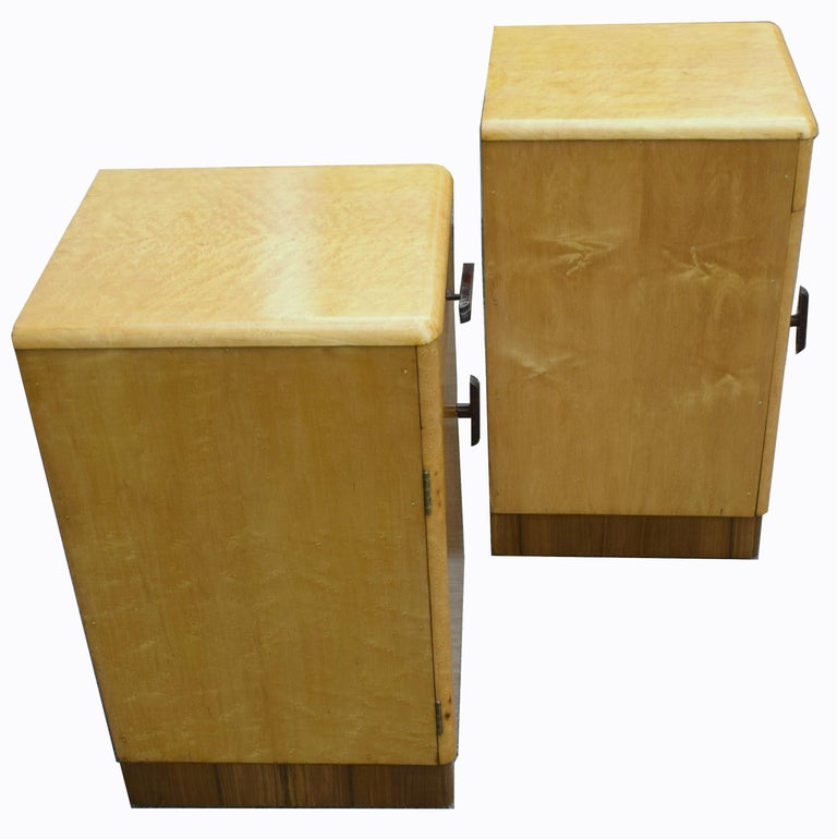 Pair of Matching 1930s Art Deco Bedside Cabinet Tables in Blonde Maple In Good Condition For Sale In Devon, England