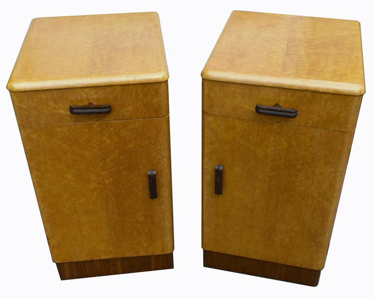 20th Century Pair of Matching 1930s Art Deco Bedside Cabinet Tables in Blonde Maple For Sale