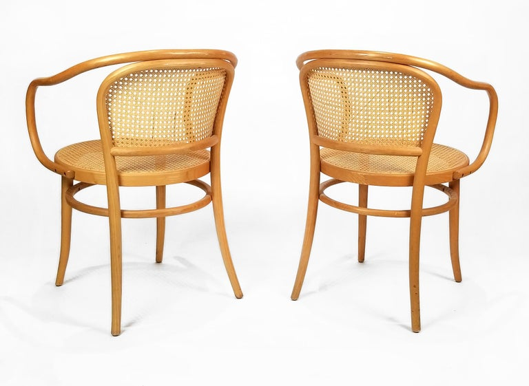 These elegant bentwood Classic Thonet 209 round chairs are a masterpiece of construction. The projecting frames that form both the backrests and armrests are bent into their form from a single piece of solid beech wood. Each chair consists of only