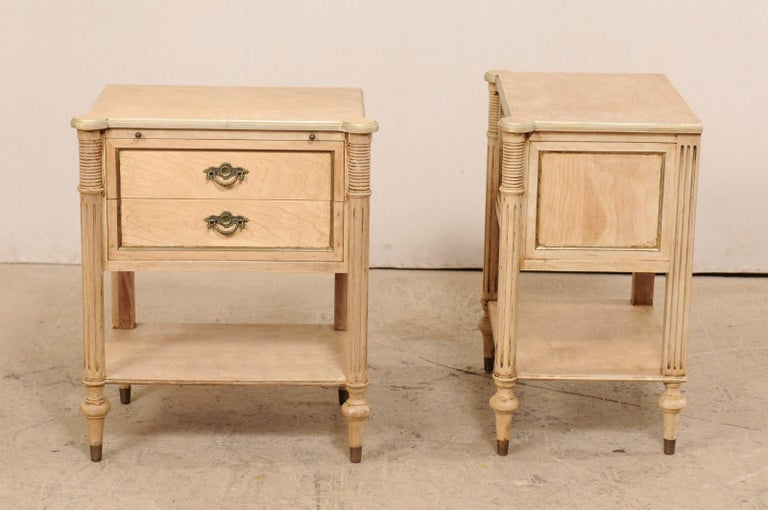 Pair of Mid-20th Century American Carved Wood Nightstands In Good Condition In Atlanta, GA