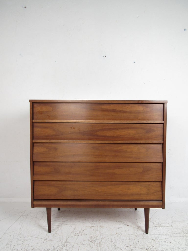 Pair of Midcentury American Walnut Dressers by Dixie Furniture In Good Condition For Sale In Brooklyn, NY