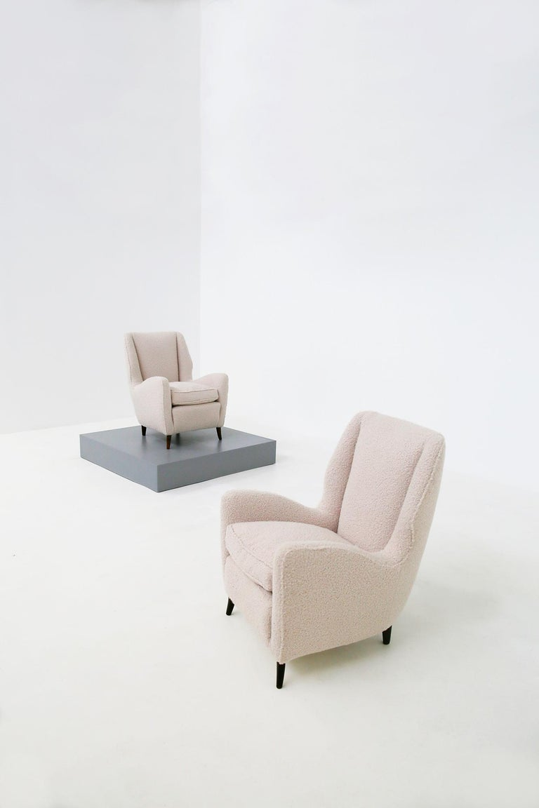 Pair of Midcentury Armchairs by Isa Bergamo in White Bouclè Fabric, 1950s In Good Condition For Sale In Milano, IT