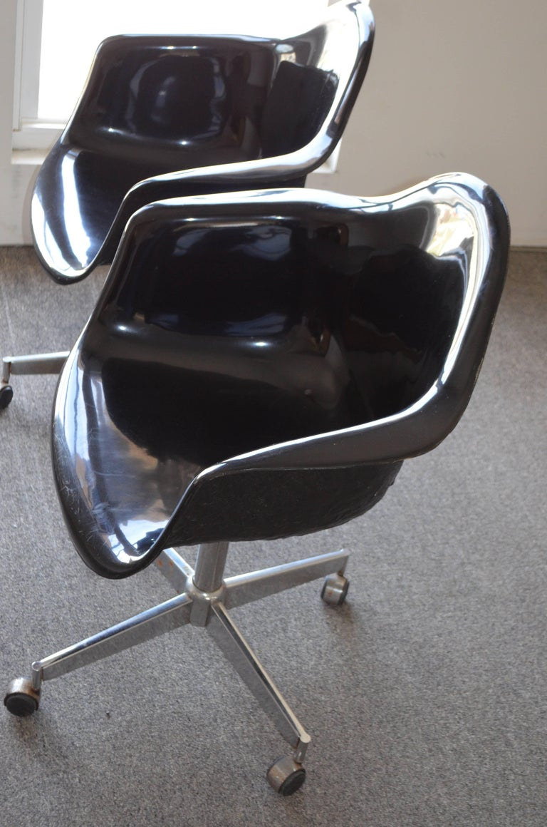 Pair of Midcentury Black Fiberglass Shell Swivel Chairs on Steel Wheels Casters For Sale 4