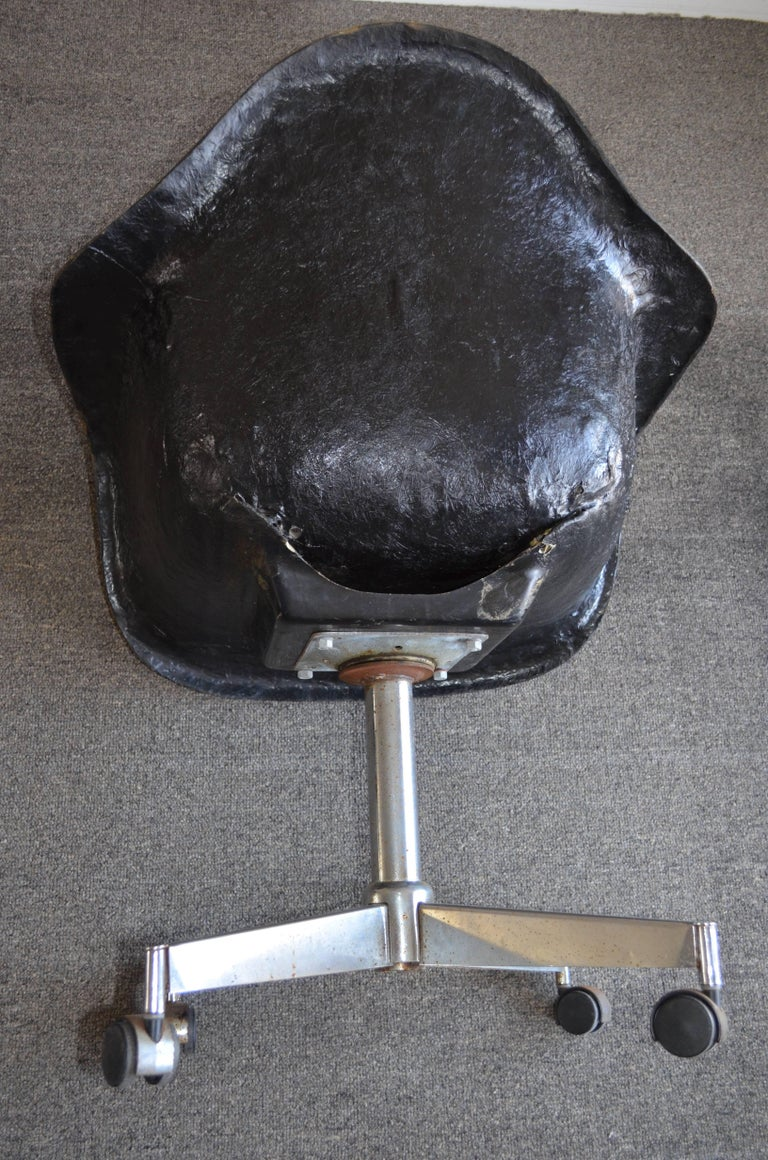 Pair of Midcentury Black Fiberglass Shell Swivel Chairs on Steel Wheels Casters For Sale 5