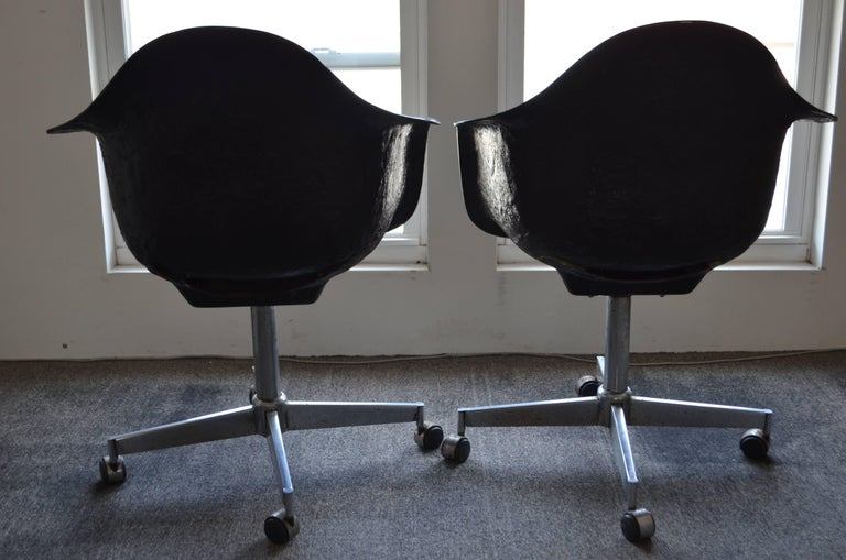 Pair of Midcentury Black Fiberglass Shell Swivel Chairs on Steel Wheels Casters For Sale 1