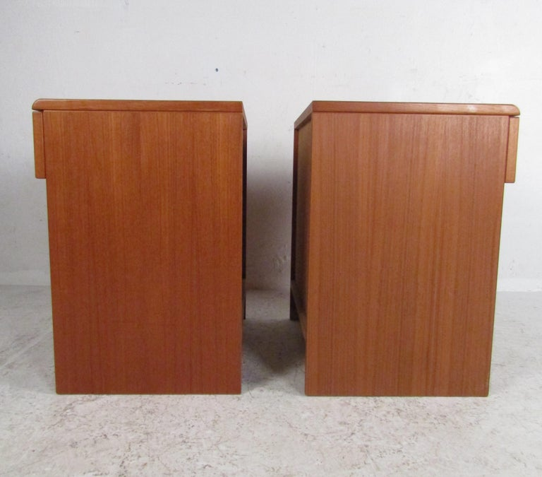 Pair of Midcentury Danish Teak Nightstands by Jesper For Sale 1
