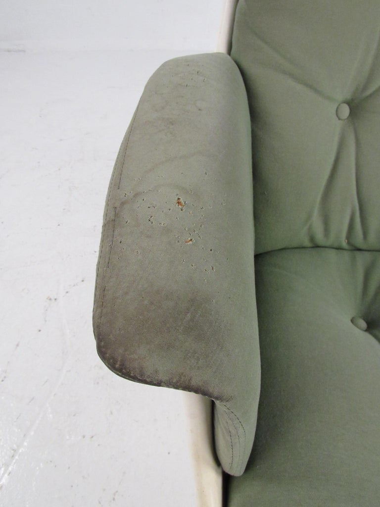 Pair of Mid Century Fiberglass Swivel Lounge Chairs For Sale 4