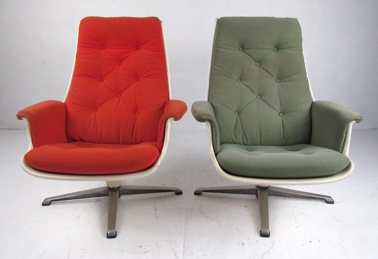 Mid-Century Modern Pair of Mid Century Fiberglass Swivel Lounge Chairs For Sale