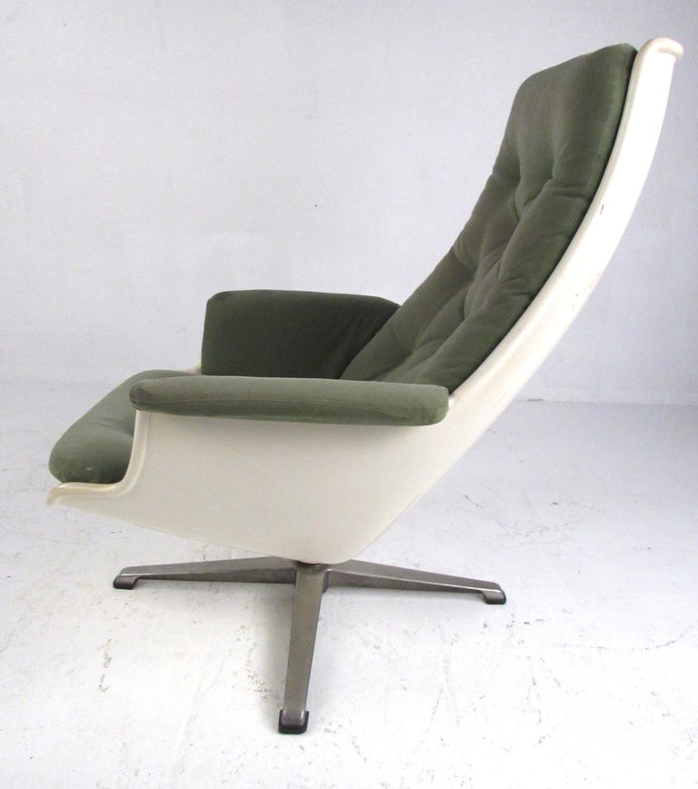 Pair of Mid Century Fiberglass Swivel Lounge Chairs In Good Condition For Sale In Brooklyn, NY