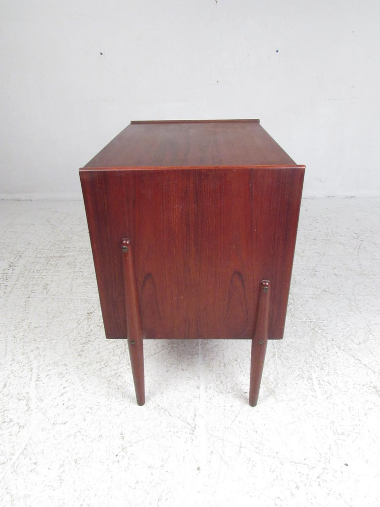 Pair of Mid-Century Modern Danish Teak Nightstands In Good Condition For Sale In Brooklyn, NY