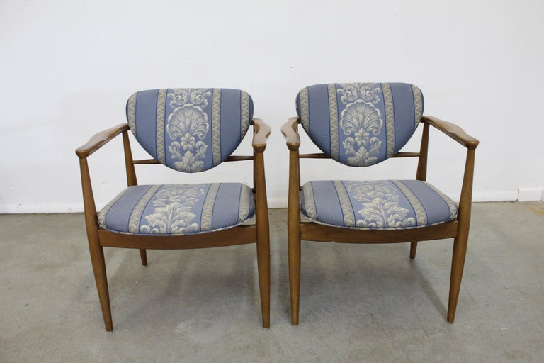 Unknown Pair of Mid-Century Modern Finn Juhl Attributed Walnut Arm Lounge Chairs For Sale