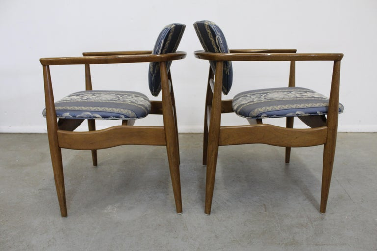Pair of Mid-Century Modern Finn Juhl Attributed Walnut Arm Lounge Chairs In Good Condition For Sale In Wilmington, DE