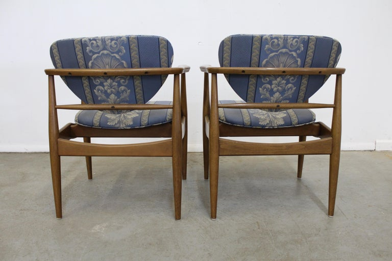 20th Century Pair of Mid-Century Modern Finn Juhl Attributed Walnut Arm Lounge Chairs For Sale