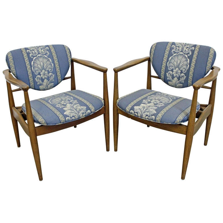 Pair of Mid-Century Modern Finn Juhl Attributed Walnut Arm Lounge Chairs For Sale