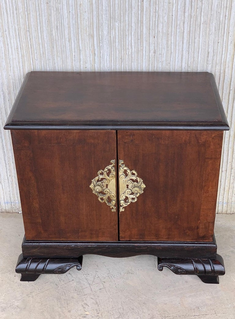 French Pair of Mid-Century Modern Front Nightstands with original Hardware For Sale