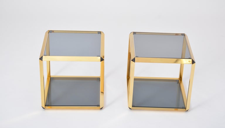 Pair of Mid-Century Modern Italian Gold-Rimmed Metal and Glass Side Tables In Good Condition For Sale In Berlin, DE