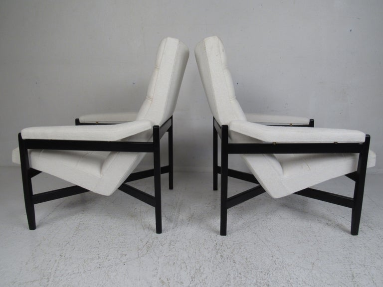 Fabric Pair of Mid-Century Modern Italian Lounge Chairs For Sale