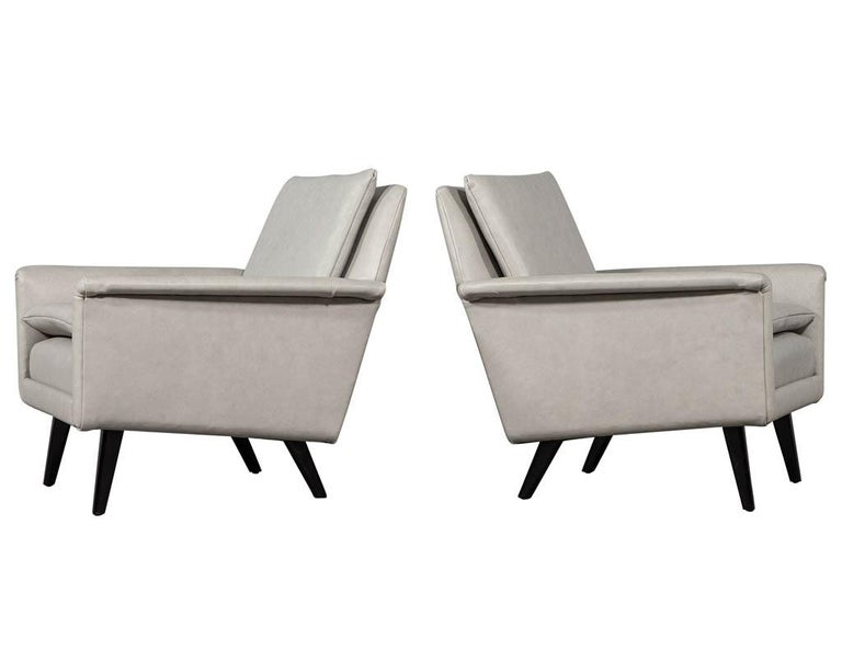 Pair of Mid-Century Modern Leather Lounge Chairs In Excellent Condition For Sale In North York, ON