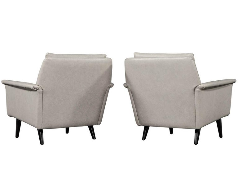 Late 20th Century Pair of Mid-Century Modern Leather Lounge Chairs For Sale