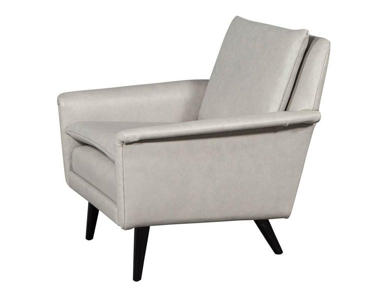 Pair of Mid-Century Modern Leather Lounge Chairs For Sale 3