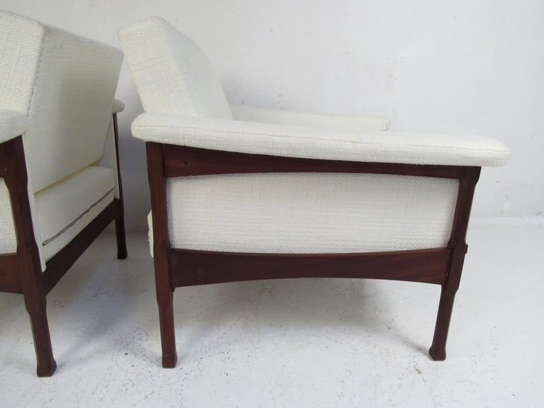 Pair of Mid-Century Modern Lounge Chairs For Sale 6