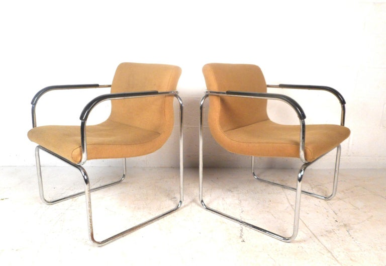 Art Deco Pair of Mid-Century Modern Lounge Chairs For Sale
